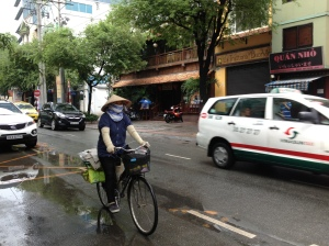 A cyclist among motorists on the street